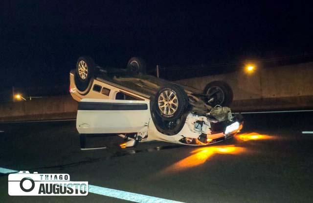 Três carros acabaram colidindo nos veículos envolvidos no atropelamento do animal;Um capotou. Foto: Thiago Augusto
