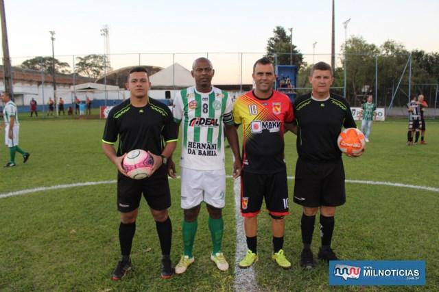 Os capitães Heleno, do Guarani (listrado),  e Juliano, do Guaporé, com a equipe de arbitragem. Foto: MANOEL MESSIAS/Agência