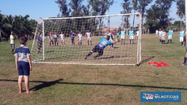 Goleiro do Amigos do sargento Gâmbaro defende penalidade cobrada pelo time da PM. Foto: MANOEL MESSIAS/Agência