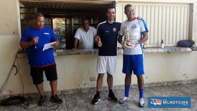 Goleiro Tuta (dir.), da Funsep, recebe das mãos do sgto Gambaro, troféu de defesa menos vazada. Foto: MANOEL MESSIAS/Agência