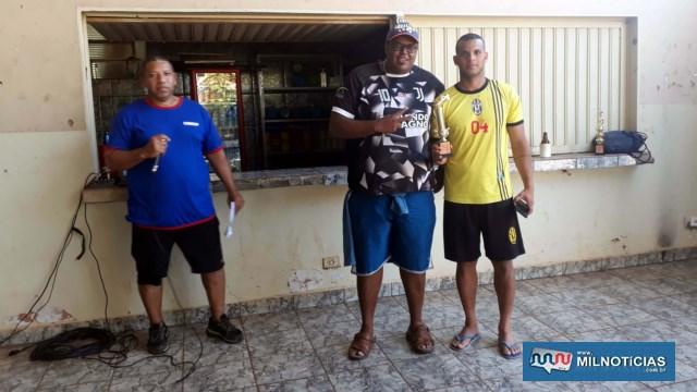Diego (dir.), da Funsep, recebe das mãos de Adriano, troféu de artilheiro do torneio. Foto: MANOEL MESSIAS/Agência
