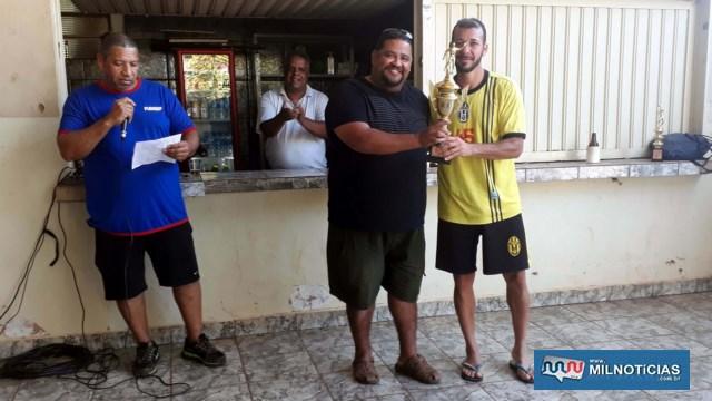 Markin Alves (esq.), presidente da Funsep, entrega troféu de campeão para Marcondes, do time da Funsep. Foto: MANOEL MESSIAS/Agência