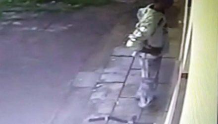 Homem é flagrado por imagens de câmeras de segurança minutos antes da bicicleta ser furtada. Foto: DIVULGAÇÃO
