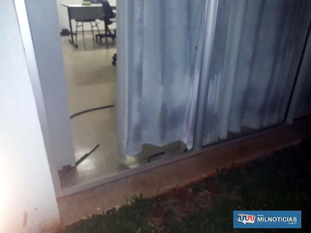 Lâminas de vidro não foram quebradas e sim retiradas depois de terem desparafusados os frisos laterais pela parte de dentro. Foto: MANOEL MESSIAS/Agência