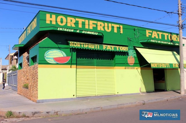 Frutaria arrombada e furtada está localizada no cruzamento das ruas Presidente Vargas com Bahia, bairro Vila Rica. Foto: MANOEL MESSIAS/Agência
