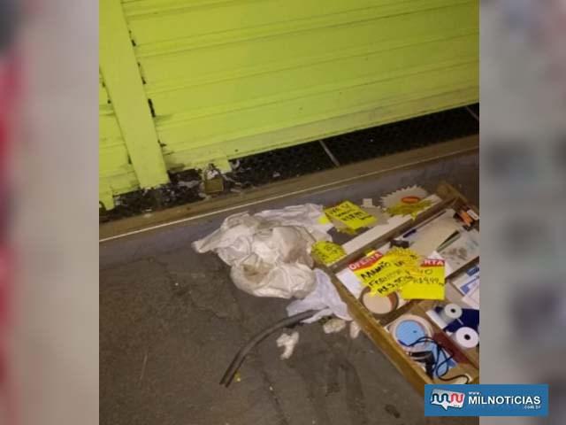 Indivíduo danificou três portas e 6 cadeados da frutaria, esparramando ainda as frutas pela calçada. Foto: DIVULGAÇÃO