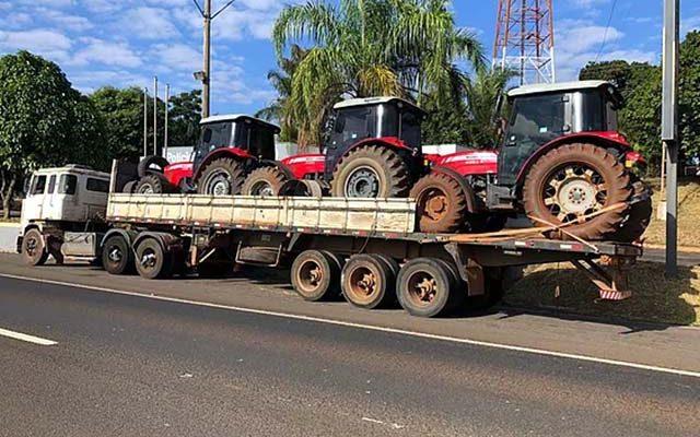 Caminhão carregando três tratores foi apreendido. Foto: Jales Noticias