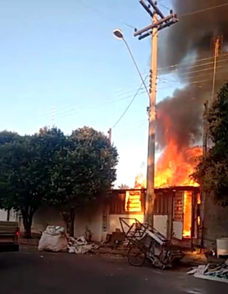 Casa pega fogo em Guaraçaí — Foto: Arquivo Pessoal