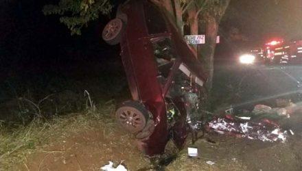 Carro bateu contra árvore em rodovia em Mirante do Parapanema — Foto: Polícia Rodoviária