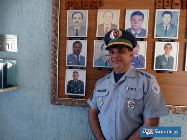 Tenente Coronel PM Basílio, ao lado de sua foto oficial na galeria de comandantes. Foto: MANOEL MESSIAS/Mil Noticias