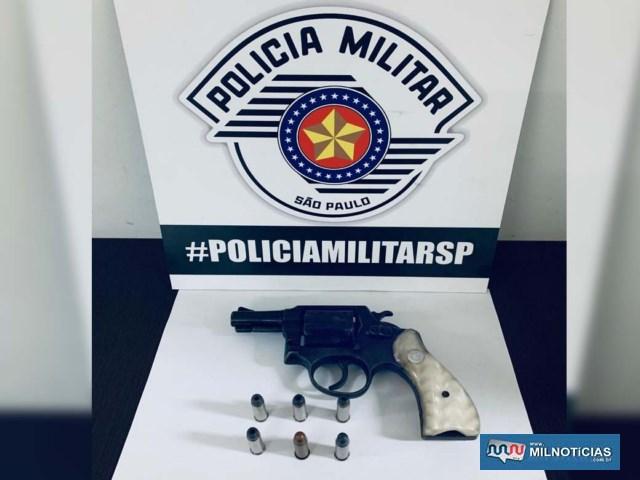 Foi apreendido um revolver calibre .38mm, oxidado, marca Taurus, com 06 munições intactas, além da numeração estar suprimida (raspada). Foto: DIVULGAÇÃO/PM