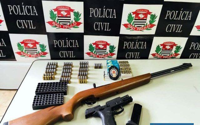 Foram apreendidas uma pistola .45, com 8 munições,  uma espingarda calibre .22, com 4 munições, além de outras várias munições de diversos calibres. Foto: DIVULGAÇÃO
