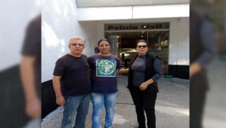 Delegado Tadeu (esq.), e investigadora Nadir com o falso seminarista no momento da prisão do acusado. Foto: DIVULGAÇÃO