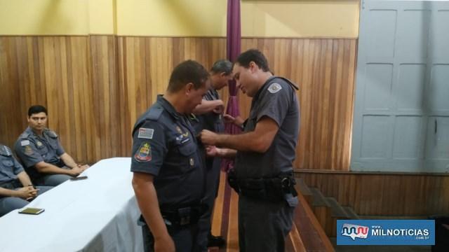 Cabo PM Marcos (ESQ.), recebe das mãos do amigo cabo PM Gulla, Laurea do Merito Pessoal em 3º Grau. Foto: DIVULGAÇÃO