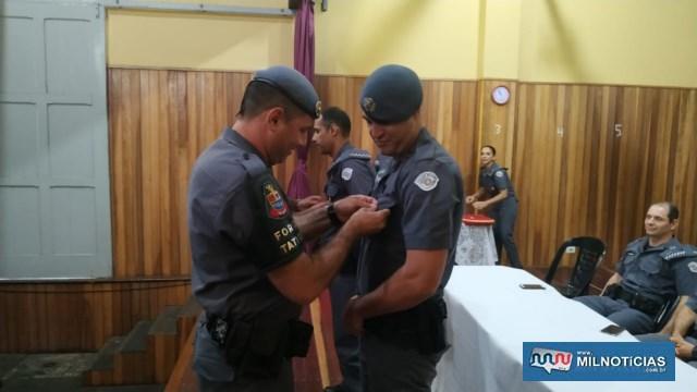 Cabo PM Calister (dir.), recebe Láurea do Mérito Pessoal em 2º Grau das mãos do sargento PM Lucato. Foto: DIVULGAÇÃO