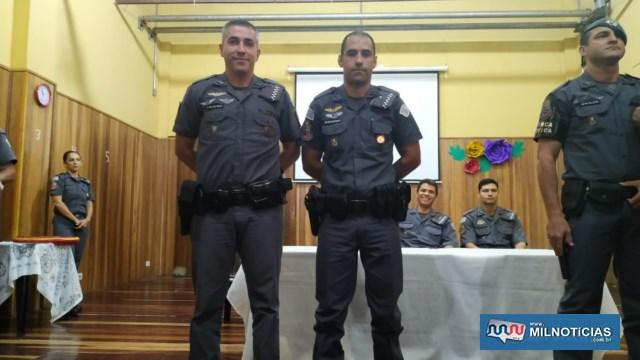 Cabo PM Martinez (dir..), recebe das mãos do sargento PM Vieira Láurea do Mérito Pessoal em 2º Grau. Foto: DIVULGAÇÃO
