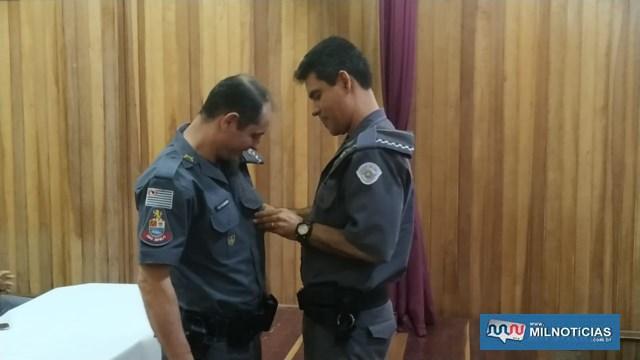 Capitão PM Romansini (esq.), recebe das mãos do tenente coronel PM Marcelo, medalha de Láurea de Mérito Pessoal em 1º Grau. Foto: DIVULGAÇÃO