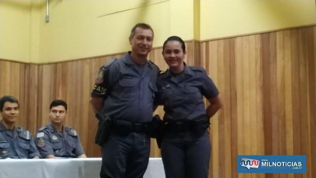 Cabo PM Vitório, recebe das mãos da colega de farda, soldado PM FEM Renata, Láurea do Mérito Pessoal em 4º Grau. Foto: DIVULGAÇÃO