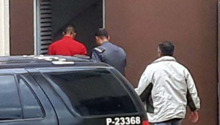 O acusado (camiseta vermelha), foi encaminhado ao fórum local na quinta-feira, 27, para ser ouvido em audiência de custódia. Foto: MANOEL MESSIAS/Agência