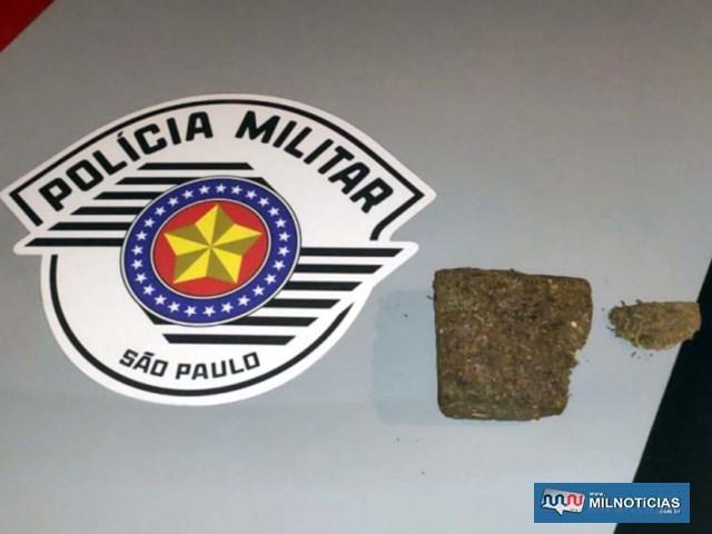 Foi apreendido um tablete de maconha pesando 132 gramas. Foto: MANOEL MESSIAS/Agência