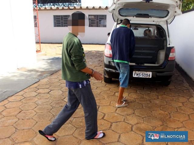 O outro adolescente de 13 anos (de blusa verde, atrás), mora com os pais, mas tratava com deboche a situação de ser detido por tráfico. Foto: MANOEL MESSIAS/Agência