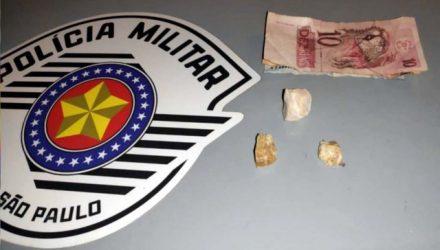 Foram apreendidas três pedras brutas de crack, pesando 9,3 gramas. Foto: MANOEL MESSIAS/Agência