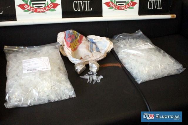Também foram localizados e apreendidos 2 sacos plásticos contendo 500 Eppendorff cada, totalizando 1 mil, todos vazios. Foto: MANOEL MESSIAS/Agência