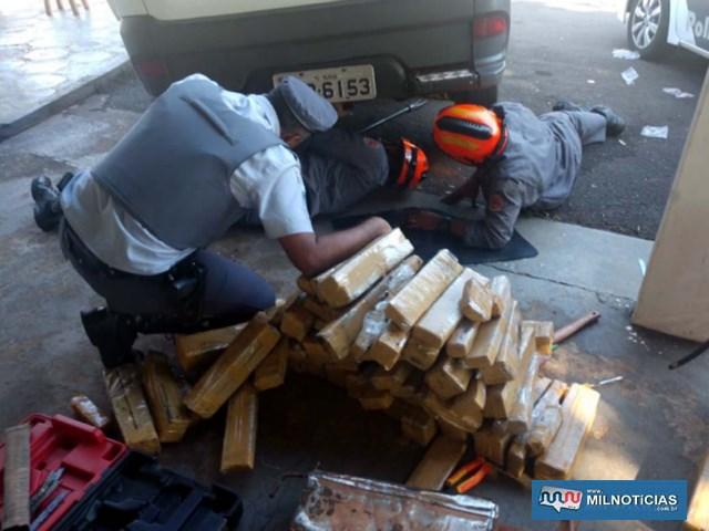 Droga estava escondido em compartimentos camuflados de uma picape Fiat Strada, com placa de Muriaé/MG. Foto: DIVULGAÇÃO/PMRv