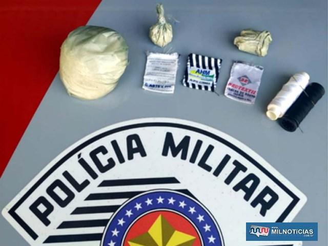 Foram apreendidos um total de 92 gramas de cocaína, além de petrechos para embalar a droga. Foto – DIVULGAÇÃO/PM