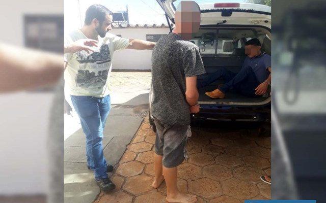 Menor infrator (dir.), foi indiciado por Ato Infracional/tráfico de entorpecentes, permanecendo recolhido. Foto: MANOEL MESSIAS/Agência