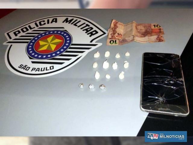 Foram apreendidos 14 porções de crack, embaladas e prontas para a venda, além de R$ 20,00 em dinheiro. Foto: DIVULGAÇÃO