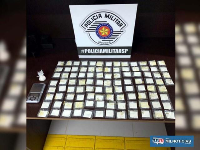 Foram apreendidas mais de 100 porções de cocaína e uma balança de precisão. Foto: DIVULGAÇÃO/PM