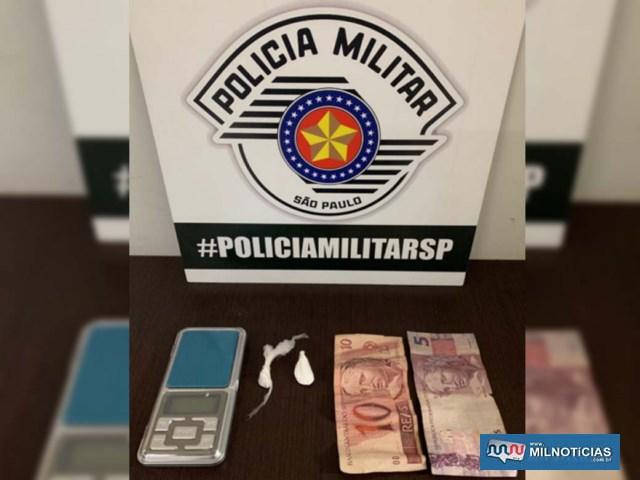 Rapaz de 21 anos foi preso acusado de tráfico de droga; Foram apreendidos cocaína, balança de precisão, além de R$ 15,00. Foto: DIVULGAÇÃO/PM