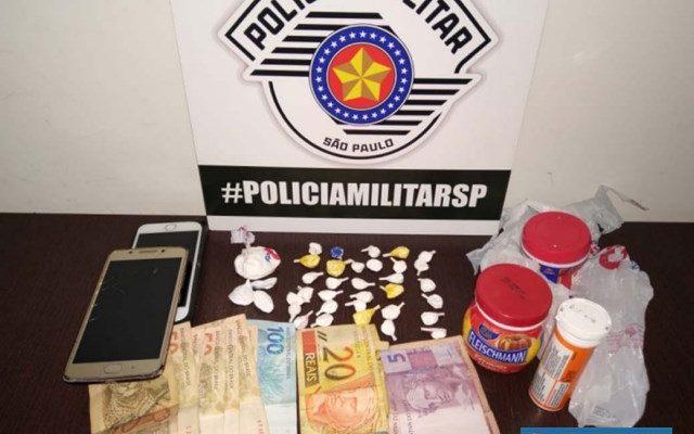 Casal foi preso com  32 porções de cocaína e a quantia de R$ 595,00. Foto: DIVULGAÇÃO/PM