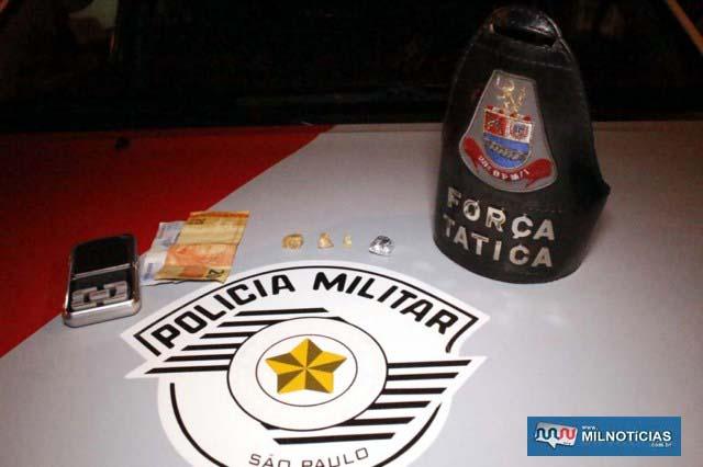 Foram apreendidas 3 pedras brutas de crack, uma porção de maconha, além de R$ 49,50 em dinheiro. Foto: MANOEL MESSIAS/Agência.