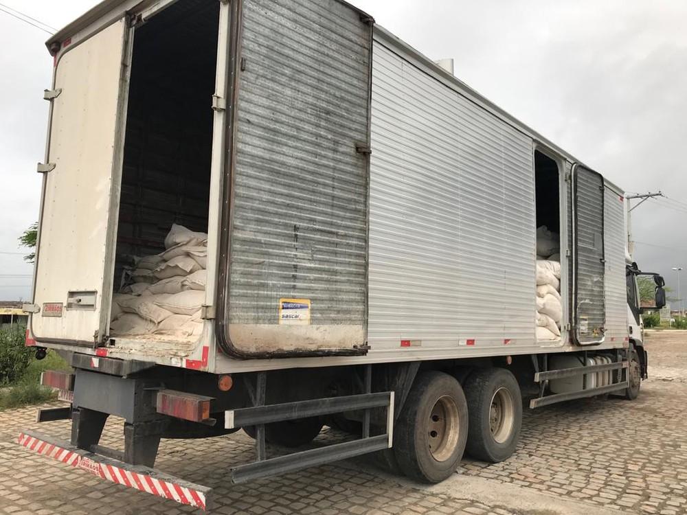 Droga estava escondida em carga de farinha na BR-116 — Foto: SSP/ Divulgação.