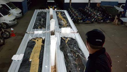 Quatro toneladas de maconha foram escondidas em caminhão interceptado na BR-116, região de Magé — Foto: Polícia Rodoviária Federal / Divulgação.