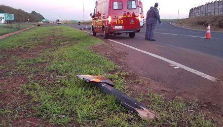 Placa de sinalização na SP-304 foi derrubada após o choque da motocicleta — Foto: Tem Coisas que só Acontecem em Jaú/Divulgação.