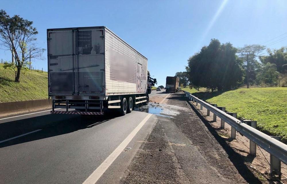 Acidente provocou interdição da SP-270 apenas durante o resgate do motorista do caminhão — Foto: Polícia Rodoviária/Divulgação