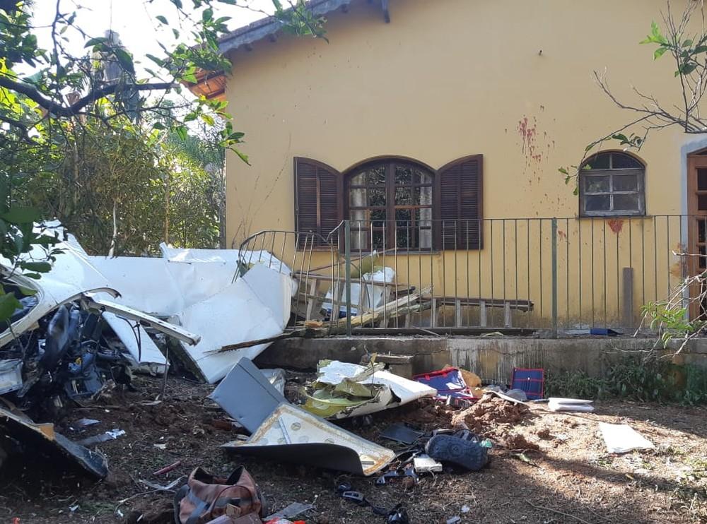 Destroços da aeronave ficaram espalhados na frente da casa — Foto: Bombeiros/Divulgação.