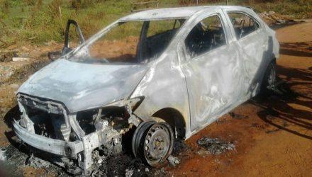 Vítima foi encontrada esfaqueada em valeta, próximo a carro incendiado (Foto: Divulgação)