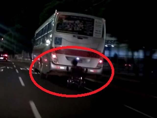 """Cadeirante """"capota"""" ao pendurar-se na traseira de um ônibus neste domingo (14) em Campo Grande (MS) — Foto: Redes sociais/Reprodução."""