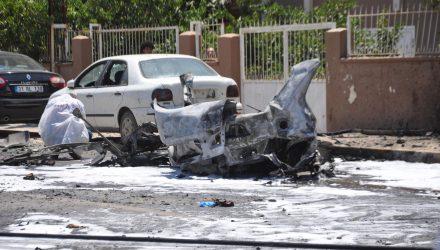 Peritos analisam nesta sexta-feira (5) carro que explodiu na cidade turca de Reyhanli, perto da fronteira com a Síria — Foto: Ferhat Dervisoglu/Demiroren News Agency via Reuters.