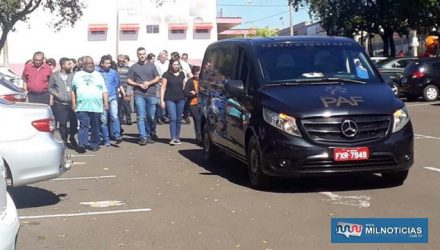 Dezenas de pessoas foram dar seu ultimo adeus para o radialista Claudio Alves Ferreira, 76 anos. Foto: MANOEL MESSIAS/Agência