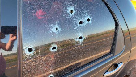 Carro é metralhado em rodovia de MS e criança é baleada no tornozelo. — Foto: Polícia Civil/Divulgação.