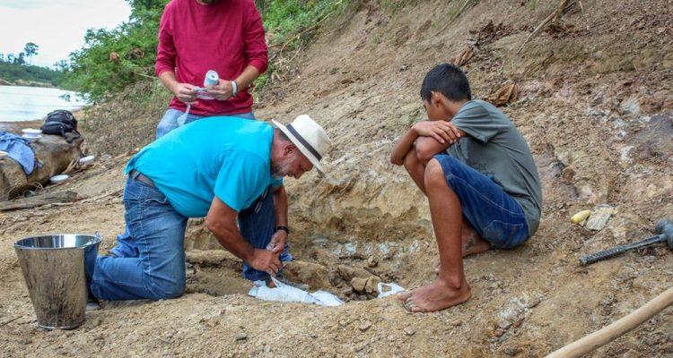 Menino de 11 achou fóssil de réptil gigante de 8 milhões de anos às margens de rio no Acre — Foto: Arquivo pessoal/Raylanderson Frota.