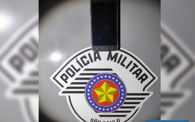 Aparelho celular furtado foi recuperado pela Polícia Militar e devolvido à vítima. Foto: DIVULGAÇÃO/PM