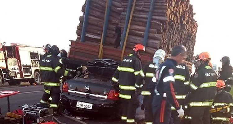 Carro atingiu traseira de caminhão carregado com madeira entre Iacanga e Ibitinga (SP) — Foto: Reprodução/Redes Sociais