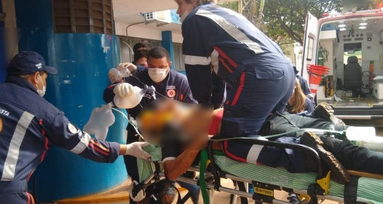 Jovem é reanimado por 25 minutos após ser baleado, em Dourados (MS). — Foto: Site Dourados Agora/Cido Costa.