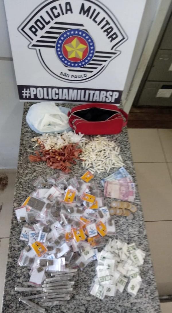 Suspeito levava crack, cocaína e maconha em uma sacola — Foto: Polícia Militar/Divulgação.